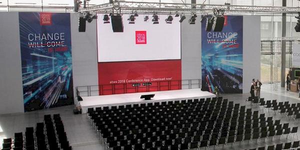Rigging für Konferenz in der Aktionshalle der Messe Karlsruhe