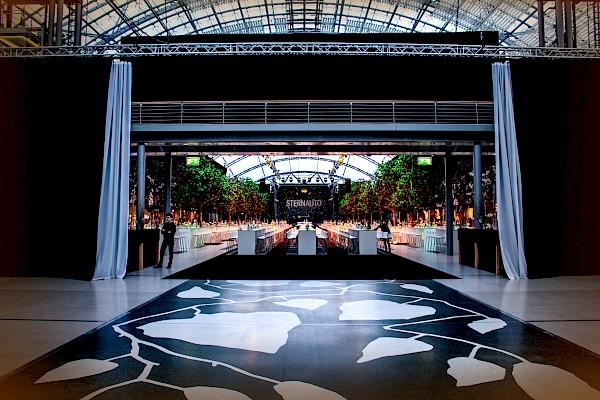 Glashalle der Messe Leipzig - Vorhang auf für besten Sound und atmosphärische Event-Beleuchtung