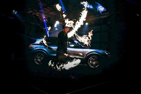 Firedancer tanzen während der Enthüllen des neuen Porsche