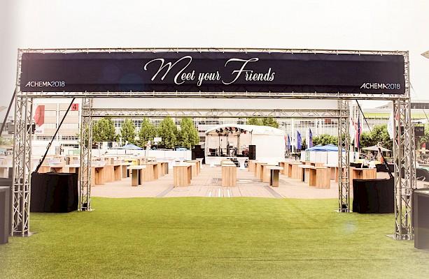 Eingangstor zur Eventfläche auf der Agora der Messe Frankfurt für Abendevent der ACHEMA 2018
