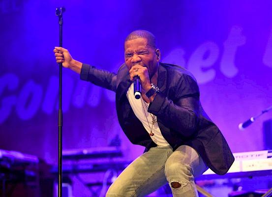 Kirk Franklin performt auf der großen Bühne in der dm-Arena.