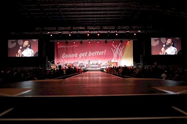 Der 25 Meter Laufsteg gibt der Bühne eine ganz eigene Wirkung.