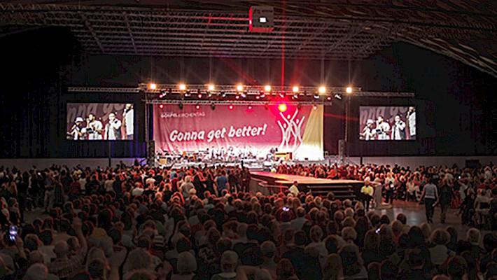 Die große Bühne in der dm-Arena mit 25 Meter Laufsteg von PINK Event Service betreut.