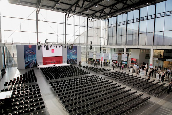 Die Global Conference in der Aktionshalle der dm-Arena.