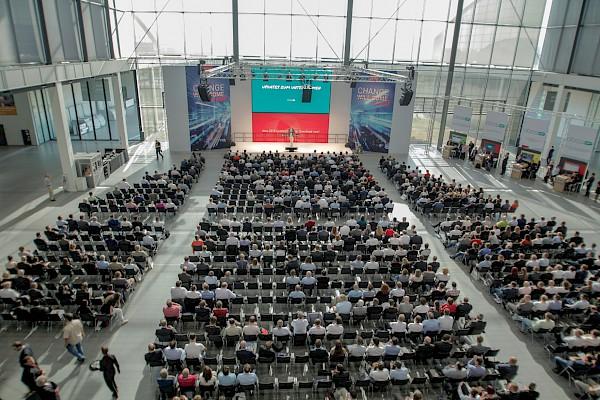 Die Global Conference in der Aktionshalle der dm-Arena mit Vorträgen.
