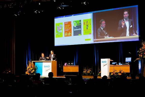weißes Design-Rednerpult schick und edel - hier bei Kongress in Bonn mit PINK Event Service