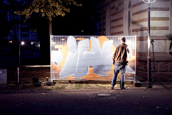 Graffitykünstler sprayt das IHK Logo ganz im Urbanstyle.