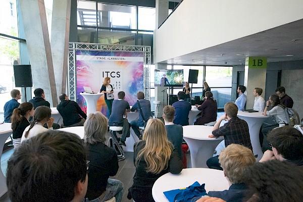 Keynote-Bühne 2 im Darmstadtium mit Veranstaltungstechnik von PINK Event Service