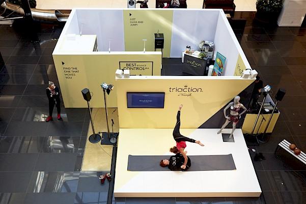 Setbau und Eventtechnik für Roadshow in Shopping Mall mit Kubus und Eventbühne