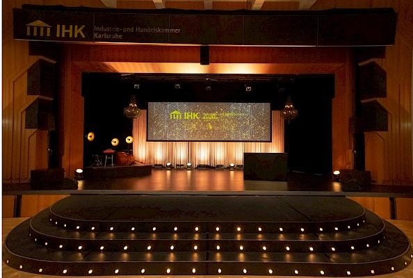 Bürgerhaus Bühl mit großer Showtreppe für Zwanziger Jahre Event von PINK Event Service