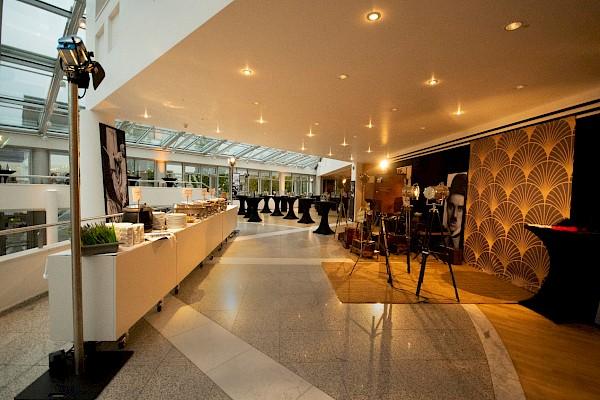 Foyer des Bürgerhauses Bühl mit Eventdekoration, Designstativen und Schuhputzer