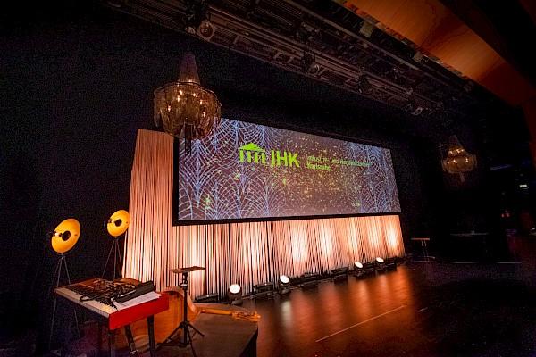 Showbühne im Design der Goldenen 20er Jahre mit toller Liveband und großer Videowand
