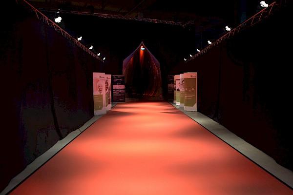 Roter Teppich für das Grand Opening - Idee, Abhängungen und Eventtechnik von PINK Event Service