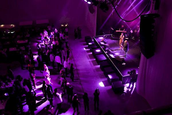 Cassandra Steen und Rolf Stahlhofen performen auf der Bühne in der atmosphärisch beleuchteten Lagerhalle