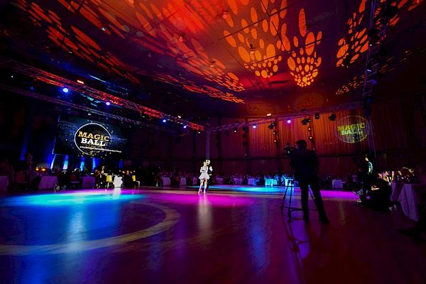 Thomas Hermann und Regina Luca tanzen wie bei Let's Dance in der Karlsruher Schwarzwaldhalle
