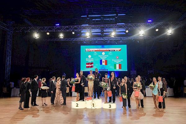 Die große Preisverleihung der Sieger im Scheinwerferlicht beim Magic Ball.