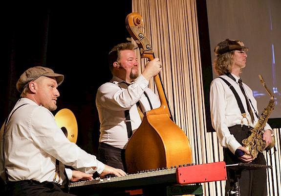 Swinging Band der goldenen 20er Jahre als Eventkonzept auf der Locations am Messestand von Veranstaltungstechnik und Eventagentur PINK Event Service.