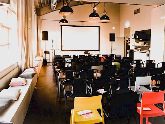 Die große Eventlocation am Bahnhof mit Blick über Karlsruhe - Veranstaltungstechnik und Eventausstattung von PINK Event Service