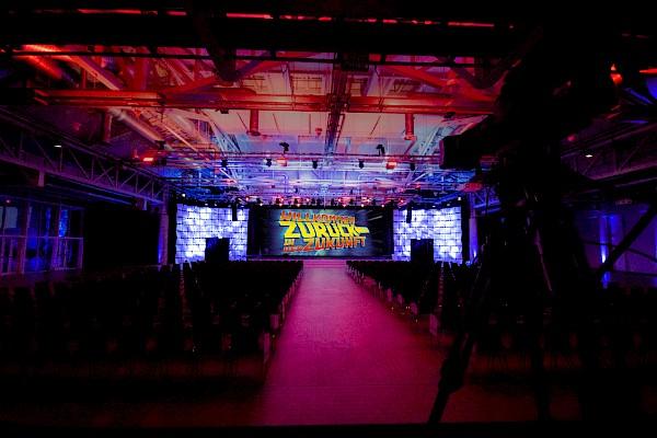 Event-Atmosphäre im Karlsruher Kongresszentrum. Große Bühne, Lichtdesign, Beschallung und beeindruckende Videotechnik von PINK Event Service.