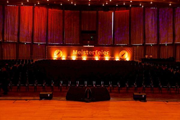 Schwarzwaldhalle Karlsruhe mit großer Bühne und beleuchtete Abtrennung mit Branding