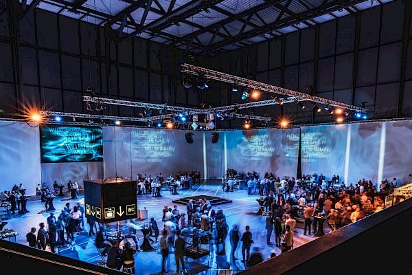 360 Grad Videoinszenierung in der Aktionshalle der Messe Karlsruhe mit Veranstaltungstechnik von Eventagentur PINK Event Service