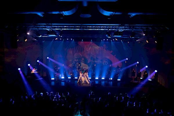 Lightshow zum Showkonzept Zeitreise durch die Musikgeschichte des 20. Jahrhunderts mit Veranstaltungstechnik von PINK Event Service