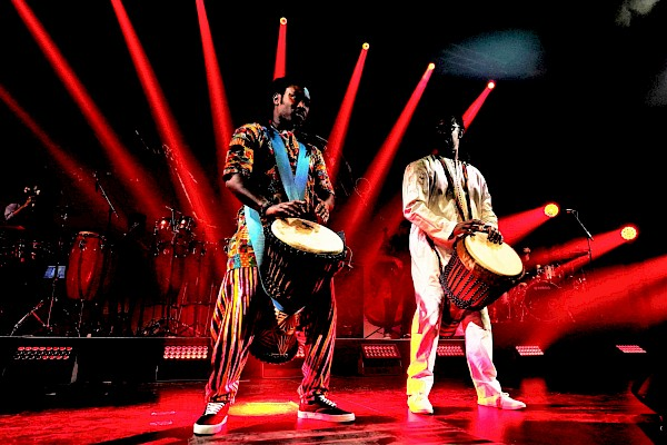 Afrika-Trommelshow als Bestandteil der Abendveranstaltung rund um die Musikshow zu 100 Jahre Pop-Geschichte