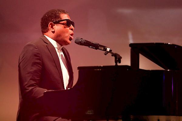 """Ray Charles für die 50er Jahre als Bestandteil des Showkonzeptes """"Musikalische Zeitreise durch die Pop-Geschichte"""""""