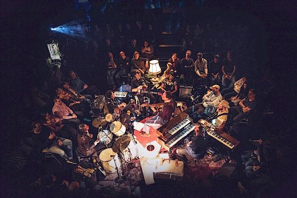 Wohnzimmeratmosphäre beim Konzert von Das Vereinsheim im Tollhaus Karlsruhe mit Veranstaltungstechnik und Sound von PINK Event Service - Bild: Evelyn Hollerith
