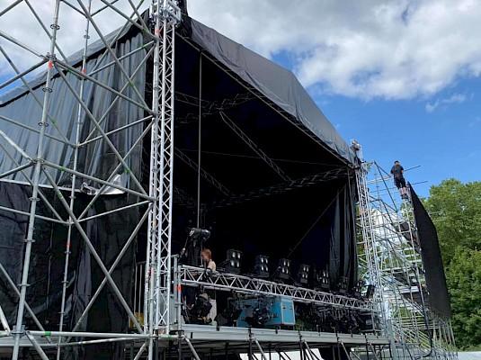 Bühnenbau der großen Festivalbühne in Frankfurt. Einbringung der Lichttechnik mit Flutern und Blindern.