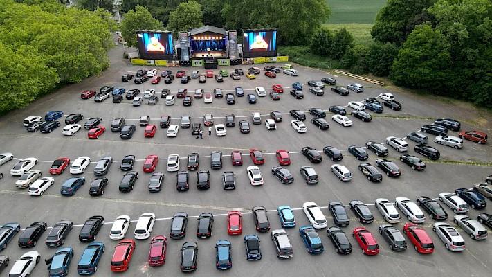 Festivalbühne für Autos in Frankfurt mit zwei 50qm großen LED-Screens mit Veranstaltungstechnik und Bühnenbau von PINK Event Service aus Karlsruhe