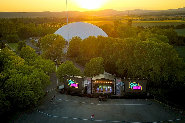 Bühne für Auto-Kultur-Event vor der Jahrhunderthalle in Frankfurt am Main. Die Eventtechnik, Light, Sound und Videowall, kommt von PINK Event Service