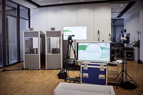 Dolmetscherkabinen für Coronaabstand bei virtuellen Events und Konferenzen mit Live Streaming Medientechnik von PINK Event Service aus Frankfurt, Karlsruhe und Mannheim