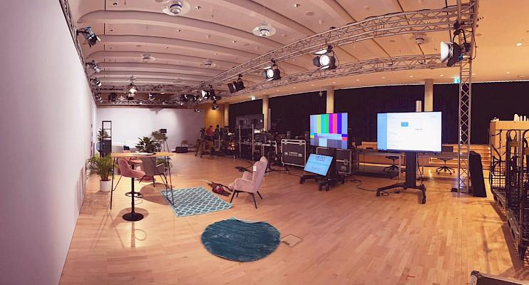 Wohnzimmer-Studio mit Vorschaumonitoren im dm-dialogicum in Karlsruhe